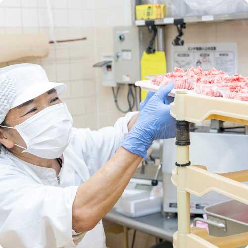 食肉部門の仕事中の様子